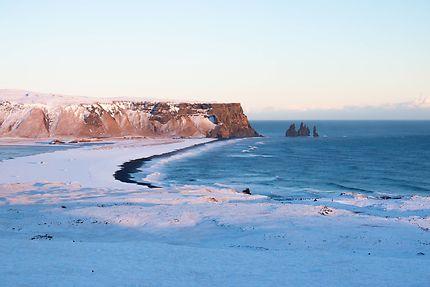 Manteau blanc sur plage de sable noir