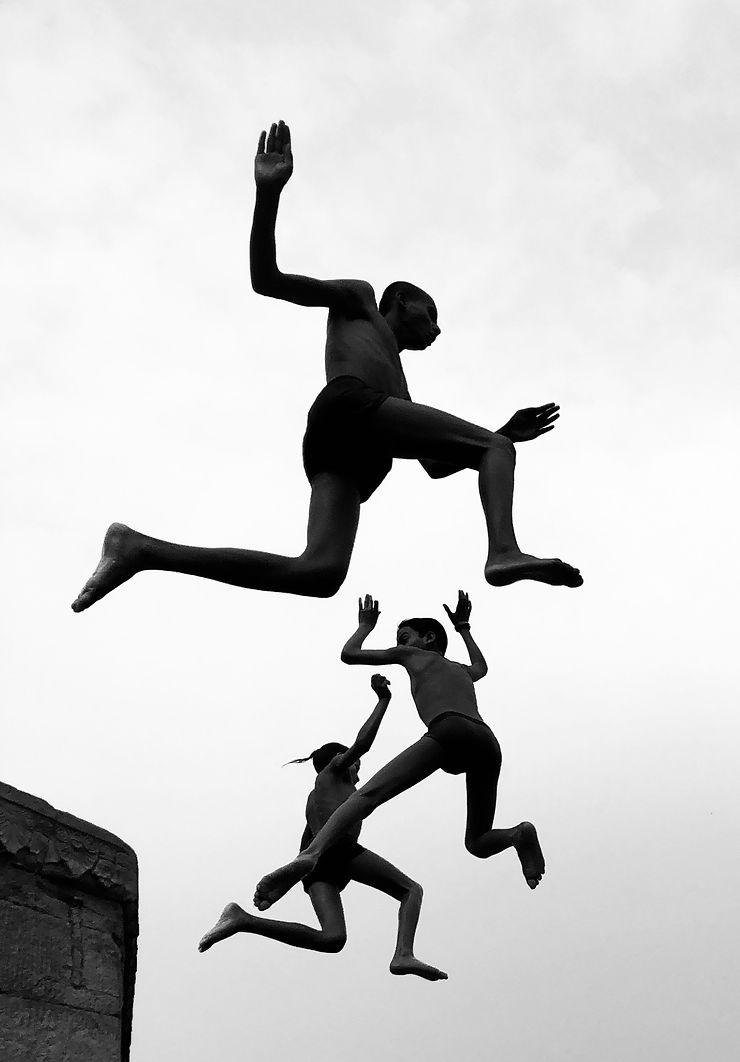 Les garçons volants, Banaras, Inde
