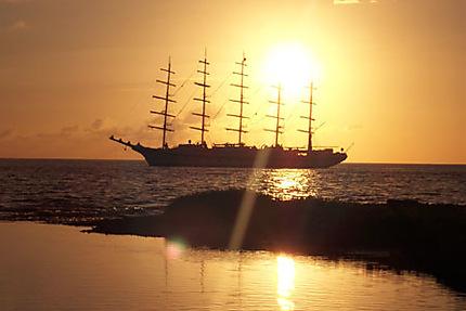 5 mâts au coucher du soleil