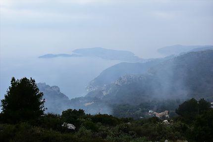 La côte d'Azur dans la brume
