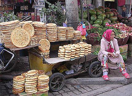 Marchande de pain au marché de Kashgar