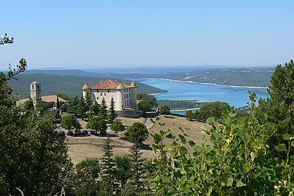 Aiguines, château, église et le lac de Ste Croix