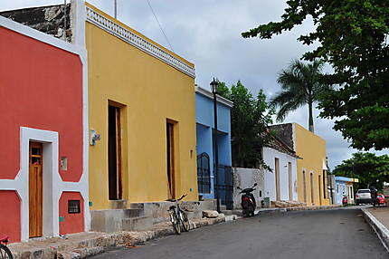 Façades colorées des maisons à Mani