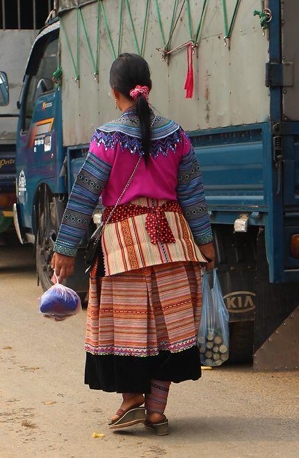 Une femme Hmong Fleur en costume de fête