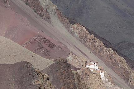 Un monastère perdu dans les montagnes