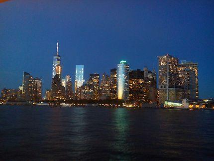 Manhattan skyline au crépuscule depuis le ferry