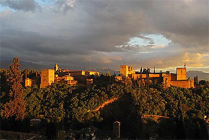 Coucher de soleil sur l'Alhambra-rayons dorés