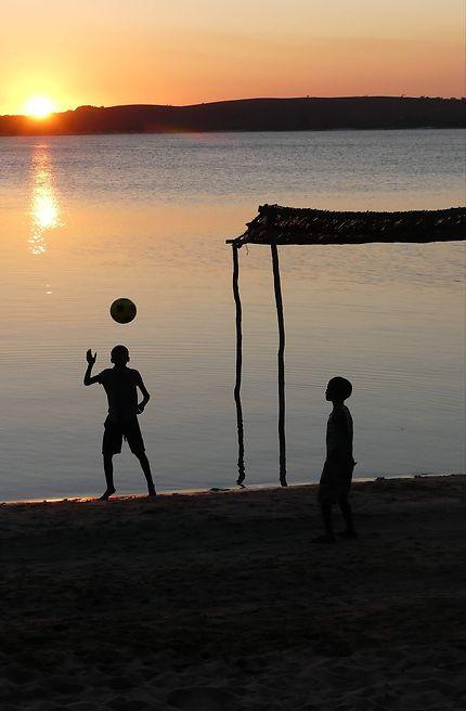 Partage avec des enfants au Mozambique