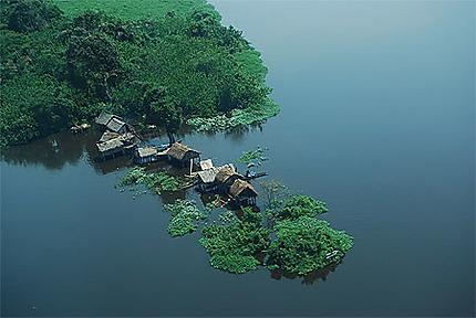 Habitations sur le Fleuve Congo entre Lisala et Bumba