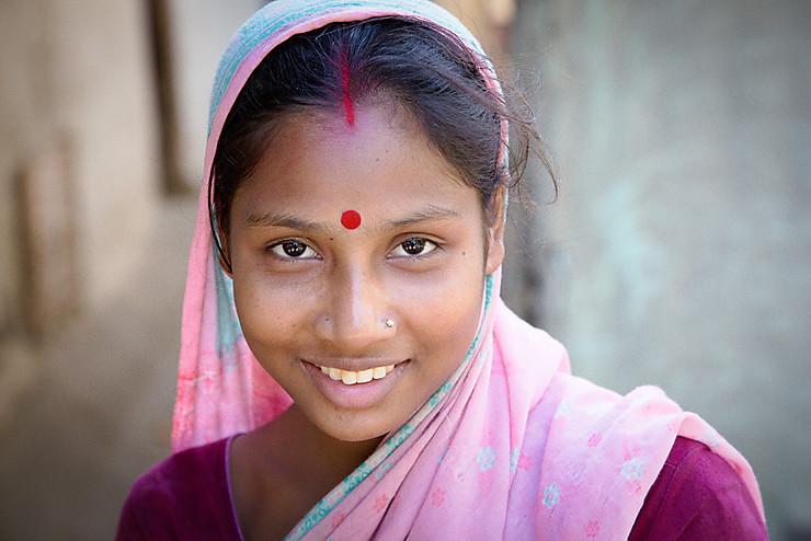 Jeune femme d'un village en Assam sur les bords du Brahmapoutre