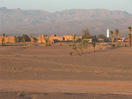 Le beau village de Boudib dans le désert