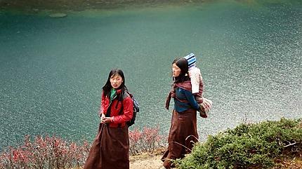 Le long d'un lac en montagne