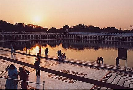 Coucher de soleil sur le bassin du temple Sikh de Gurudwara Sisganj