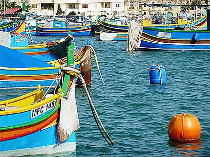 Barques maltaises multicolores