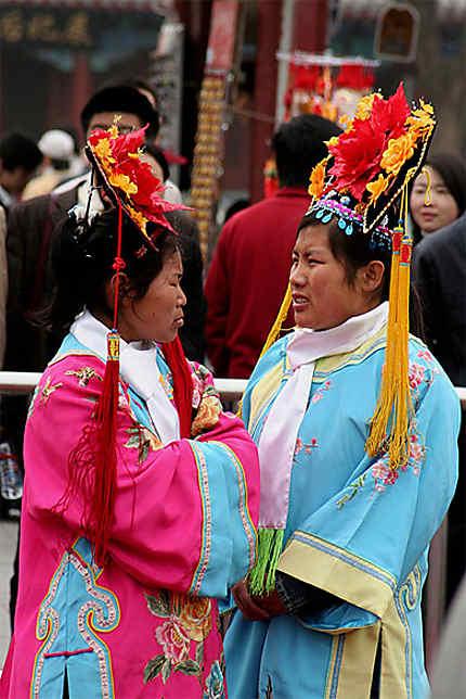 2 Chinoises revêtant l'habit traditionnel