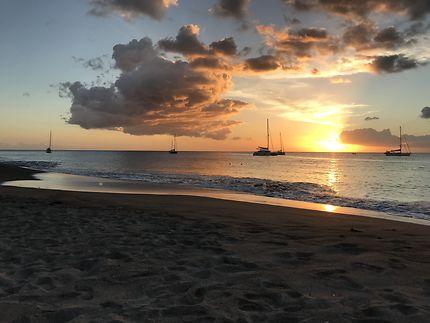Rougeoyant coucher de soleil en Martinique