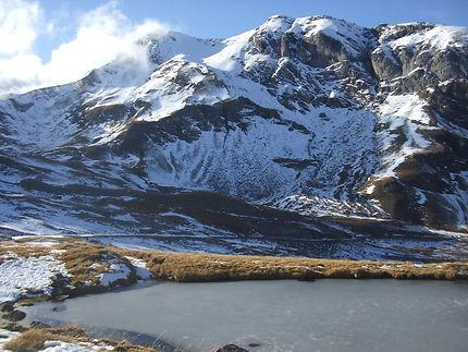 Lac gelé au coeur du cirque de Troumouse
