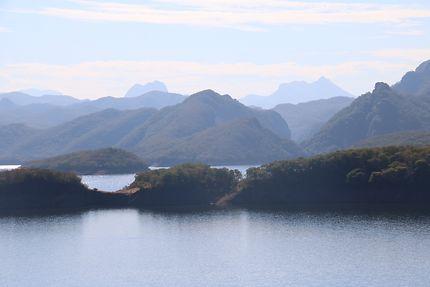 Lac serti dans les montagnes