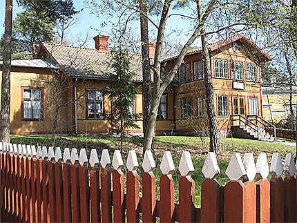 Maison orangée typique suédoise