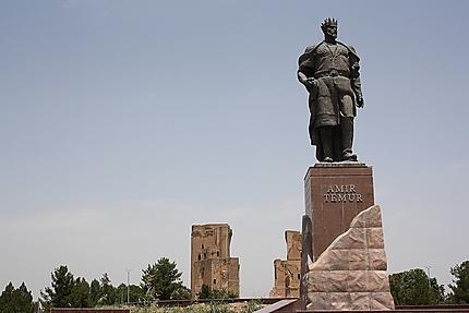 Statue de Tamerlan dominant son édifice