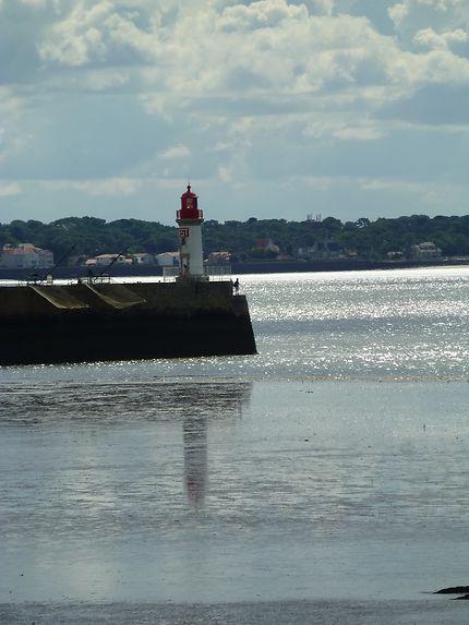 Carrelets et phare sur la jetée de Saint-Nazaire