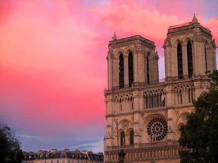 Le ciel de Paris est heureux