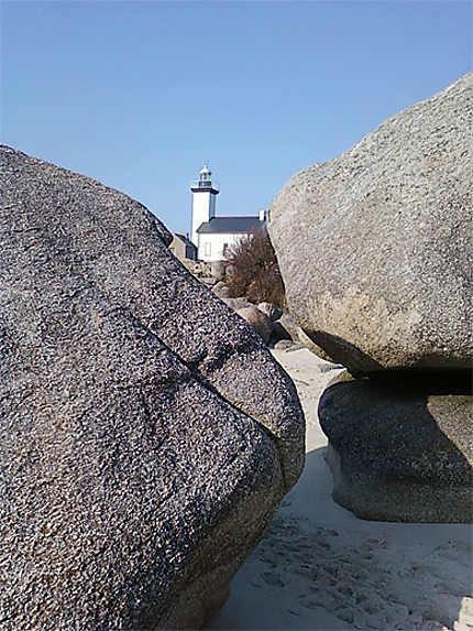 Le phare coincé dans les rochers...