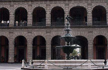 Fontaine dans la cour principale