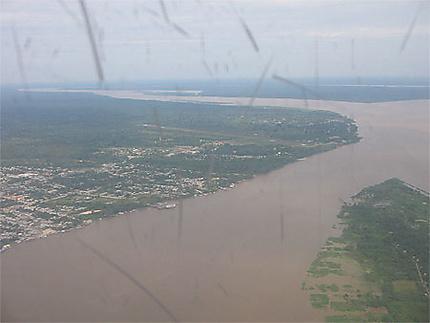 Arrivée dans la ville de Leticia sue le bord  fleuve Amazone.