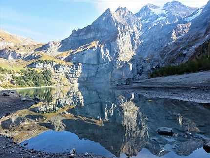 Reflets dans le lac Oeschinen à Kandersteg