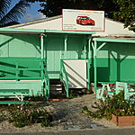 Magasin en bois aux jolies couleurs sur la plage