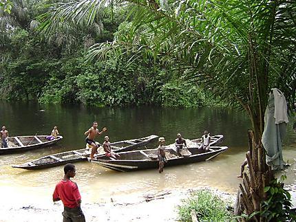 Enfants d'Ido à la rivière
