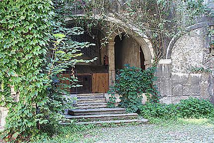 Chambéry - Entrée de pierre et de vert