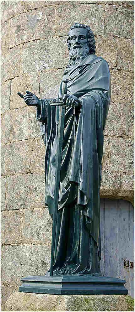 Une statue deavant Notre Dame de la Pitié