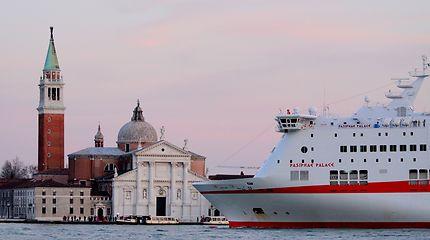 San Giorgio Maggiore VS Pasiphae Palace