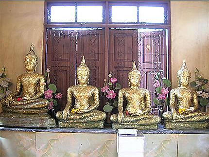 Statues de Bouddha recouvertes de feuilles d'or au Wat Tri Mit