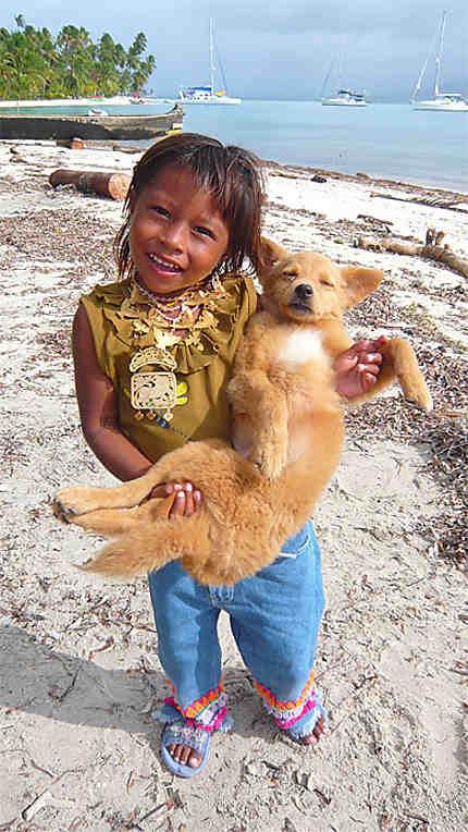 Enfant Kuna et son petit chien