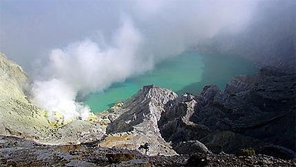 Cratère du volcan kawa Ijen à Java