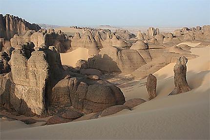 Algérie - Hoggar - Tin Akacheker - Est-ce la pierre qui devient sable ou l'inverse ?