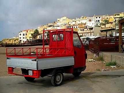 Vieux véhicule trois roues