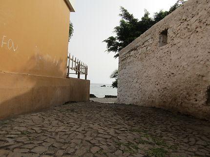 Ruelle vers la mer, sur l'Île de Santiago