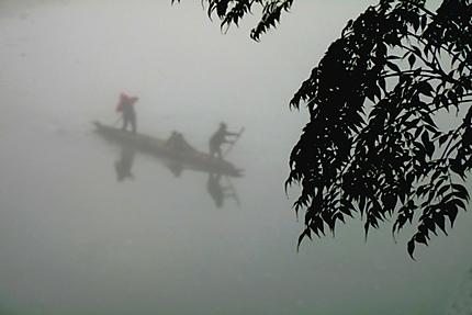 Pirogue dans la brume