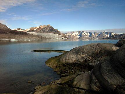 Petite pause sur les rochers au Groenland