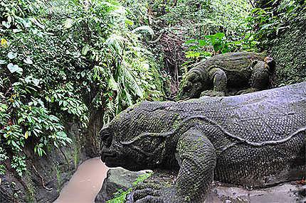 Varans sculptés dans la roche à Ubud