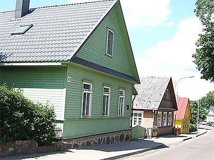 Maisons de bois colorées dans le village