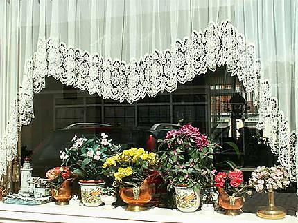 Jolie fenêtre décorée dans le village de Marken
