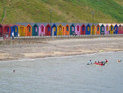 De la couleur sur la plage face aux eaux grises