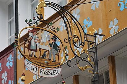 Une enseigne à l'ancienne du café Fässler