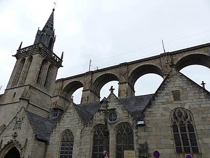Eglise de St Melaine avec le viaduc en granit