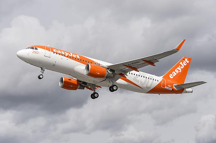 Aérien - Easy Jet : Biarritz et Montpellier au départ d'Orly et Nice-La Rochelle en août